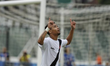 Yago Pikachu comemora seu gol na vitória do Vasco sobre o Nova Iguaçu Foto: Antônio Scorza / Agência O Globo