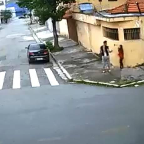 Homem aborda jovem na rua, em São Paulo, e a força a entrar em carro Foto: Reprodução