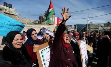 Manifestantes palestinas protestam contra paralisação de recursos dos EUA a agência da ONU para refugiados da região Foto: IBRAHEEM ABU MUSTAFA / REUTERS
