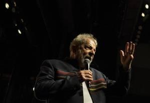 Lula discursa durante evento com intelectuais em teatro do Rio: candidatura depende do aval da Justiça Foto: Guito Moreto / Agência O Globo