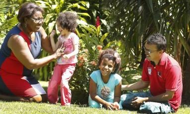 Carlos Eduardo da Cruz e Neiva Correa Mariz adotaram Sofia (esq) e Silvana Foto: Antonio Scorza