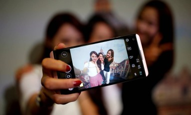 Pesquisa aponta que tristeza está relacionado com o tempo gasto pelos jovens em dispositivos eletrônicos Foto: Kim Hong-Ji / REUTERS