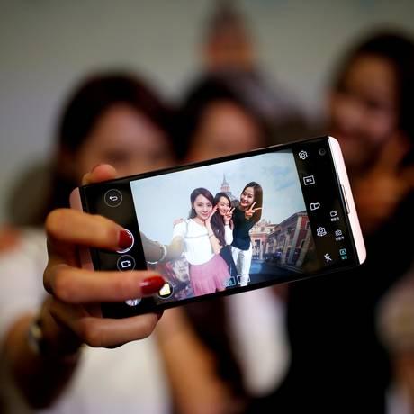 Vício em tecnologia: ninguém larga o smartphone! Foto: Kim Hong-Ji / REUTERS