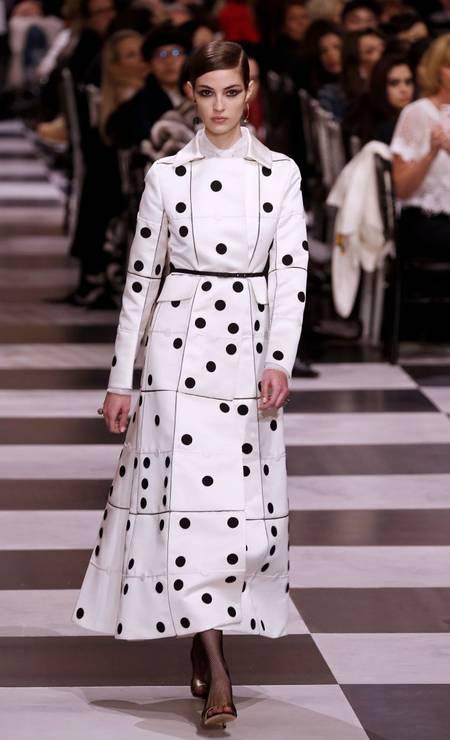 A Dior investiu em coleção preta e branca inspirada no movimento surrealista para o verão 2018, apresentado na semana de alta-costura Foto: FRANCOIS GUILLOT / AFP