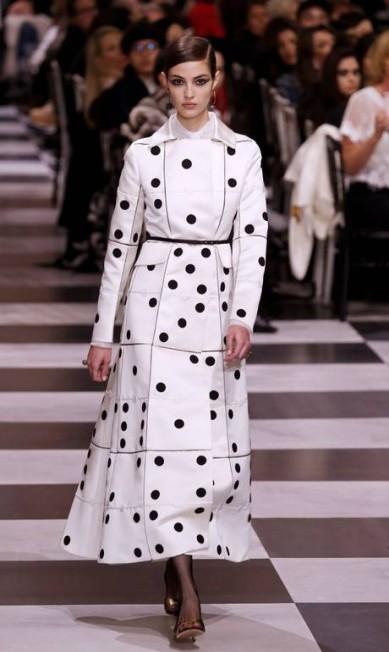 A Dior investiu em coleção preta e branca inspirada no movimento surrealista para o verão 2018, apresentado na semana de alta-costura FRANCOIS GUILLOT / AFP