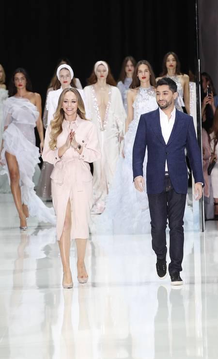 Os estilistas Tamara Ralph e Michael Russo ao fim do desfile Foto: Christophe Ena / AP