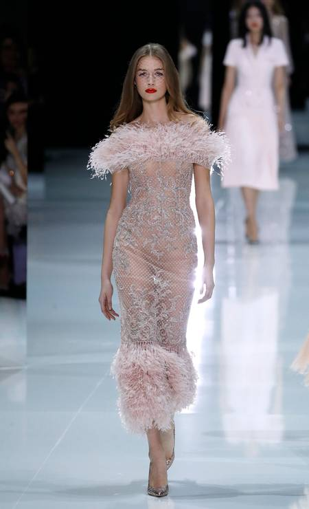 O rosa também surgiu em versões mais sensuais, como neste naked dress Foto: PATRICK KOVARIK / AFP