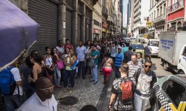 Fila de candidatos a vaga de emprego temporário no Centro do Rio de Janeiro Foto: Guito Moreto/20-10-2017