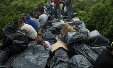 Em foto de 2014, imigrantes centro-americanos protegem-se da chuva para dormir de maneira improvisada, no estado mexicano de Chiapas Foto: Rebecca Blackwell/AP