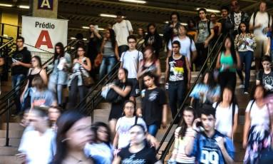 Estudantes deixam universidade após fazer prova do Enem, em São Paulo Foto: Paulo Pinto/Agência O Globo/12-11-2017