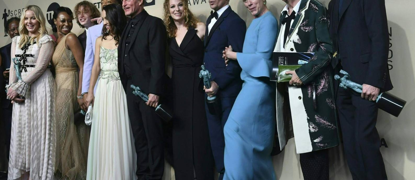 """Elenco de """"Três anúncios para um crime"""" posa para foto após receber o prêmio da categoria no Screen Actors Guild Awards, no domingo à noite Foto: FREDERIC J. BROWN / AFP"""