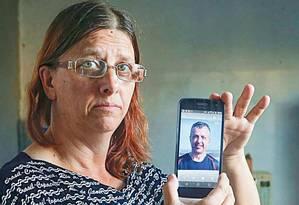 Ana Lúcia espera há quase dois anos o fim da investigação sobre a morte do irmão, que era gay Foto: Marcos Alves