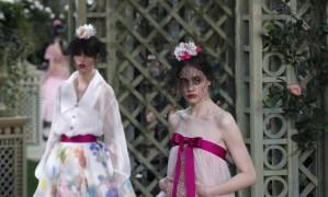 A Chanel transformou o Grand Palais, em Paris, em um jardim para apresentar sua coleção de alta-costura primavera-verão 2018. As flores, claro, foram parar nas roupas cheias de romantismo Foto: Christophe Ena / AP