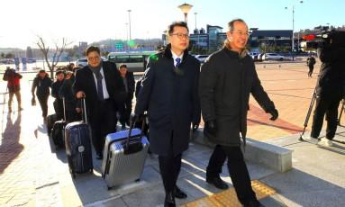 Delegação sul-coreana chega à fronteira entre dois países, próximo à Zona Desmilitarizada, para atravessar até a Coreia do Norte. Foto: - / AFP
