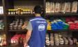 Fiscal do Ipem/RJ durante a operação onde foram vistoriados supermecados e lojas de conveniência Foto: Divulgação