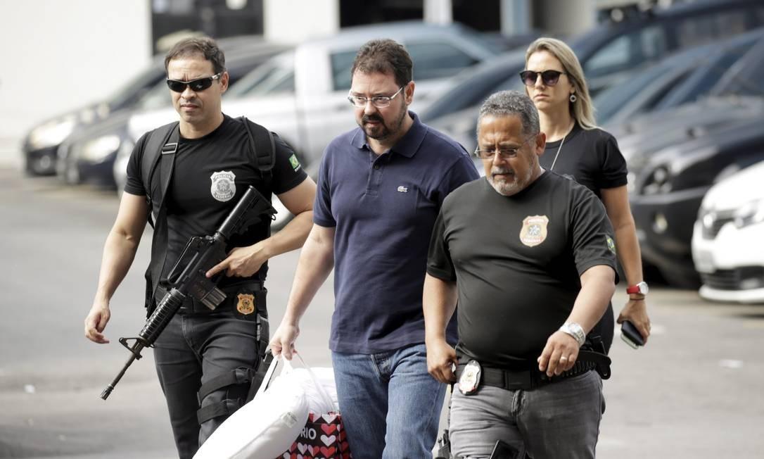 Policiais federais conduzem o ex-secretário de Obras do Rio, Alexandre Pinto Foto: Gabriel Paiva / Agência O Globo