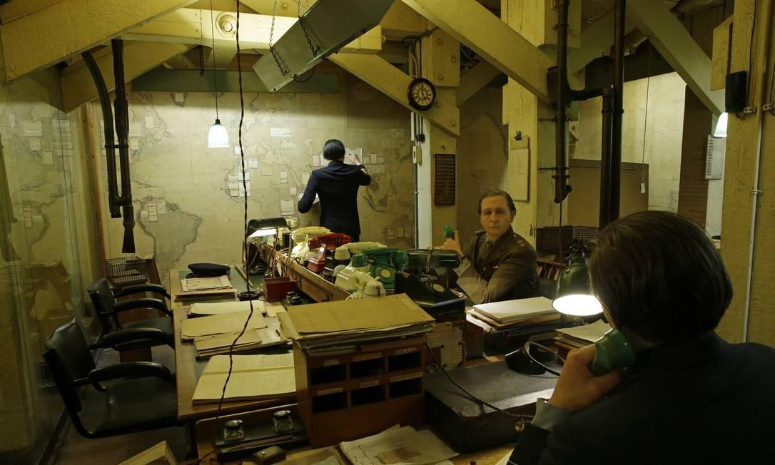 """Visão geral da sala de mapas, que fica no museu Churchill War Rooms, em Londres, e foi recriada para o filme """"O destino de uma nação"""", que conta a história de Winston Churchill durante parte da Segunda Guerra Mundial. A película foi dirigida por Joe Wright e estrelada por Gary Oldman. Londres também foi cenário para o também indicado filme """"Trama Fantasma"""", dirigido por Paul Thomas Anderson e estrelado por Daniel Day-Lewis Foto: Alastair Grant / AP"""