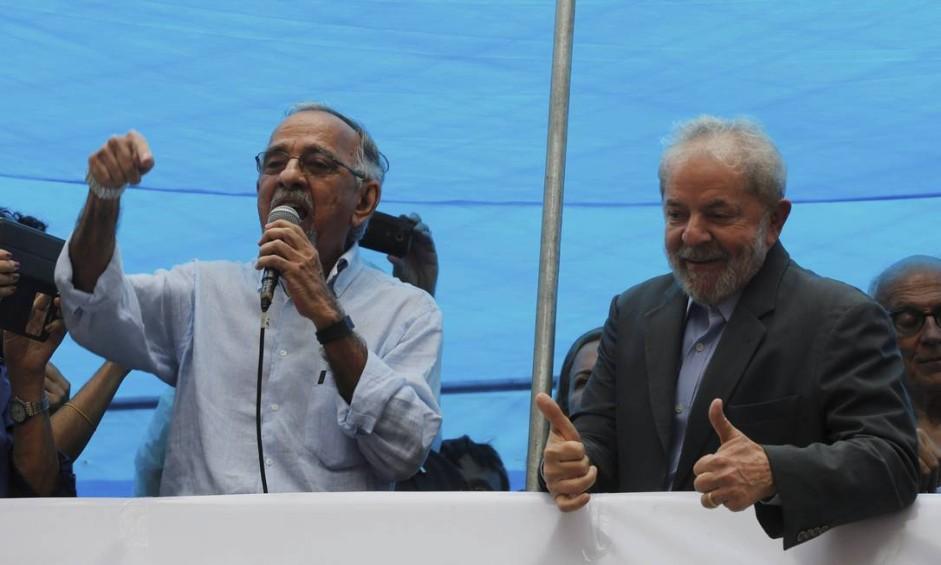 Lula chegou a Porto Alegre nesta terça-feira e foi recebido por seus apoiadores, que estão acampados na cidade Foto: Domingos Peixoto / Agência O Globo