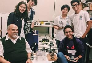 Laboratório. O professor César Bastos com alunos da Ferreira Vianna Foto: Divulgação/Faetec