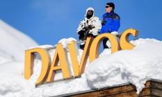 A guarda suíça de segurança no telhado de um hotel coberto de neve, em Davos. Foto: FABRICE COFFRINI / AFP