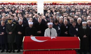 Autoridades turcas, entre elas o presidente Recep Tayyip Erdogan (quinto à esquerda, na linha de frente), participam do funeral do soldado Musa Ozalkan, morto na ofensiva contra milícias curdas na Síria Foto: ADEM ALTAN / AFP