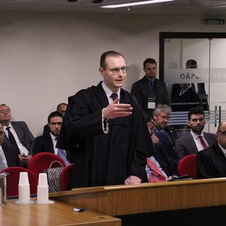 Cristiano Zanin, advogado de Lula, se manifesta durante o julgamento em Porto Alegre Foto: Divulgação TRF-4