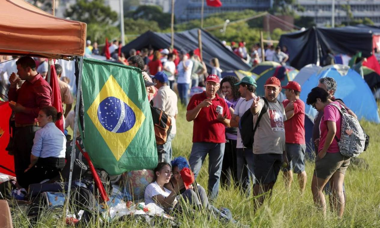 Diversos movimentos trabalhistas montam acampamento para o julgamento de Lula em Porto Alegre Foto: Domingos Peixoto / Agência O Globo