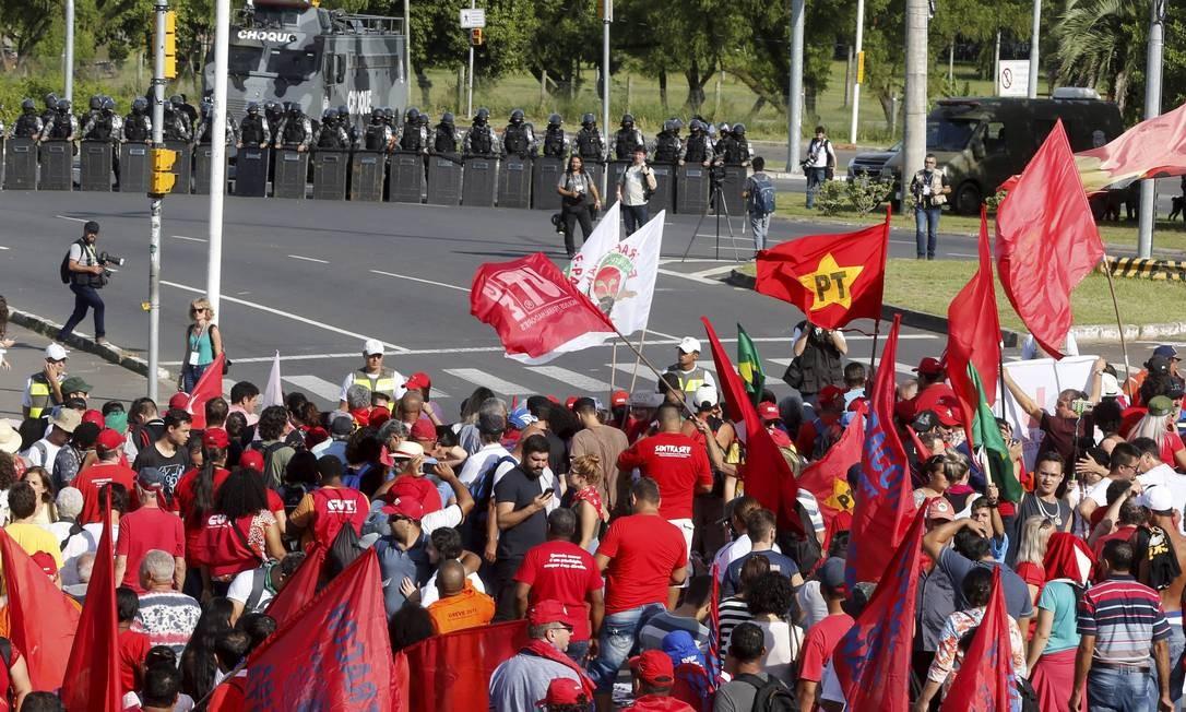 Manifestantes acampados acompanham o julgamento de Lula Foto: Domingos Peixoto / Agência O Globo
