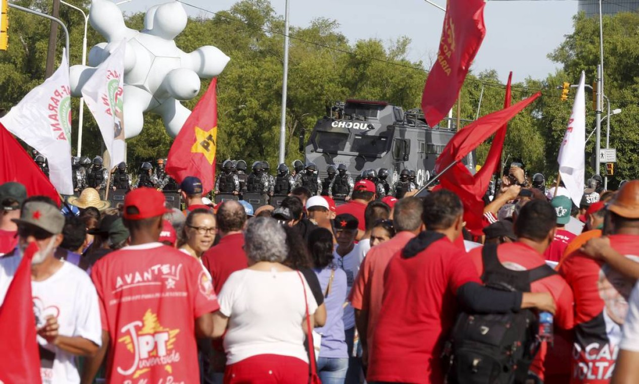 Assim como em São Paulo, Porto Alegre virou palco de manifestações Foto: Domingos Peixoto / Agência O Globo