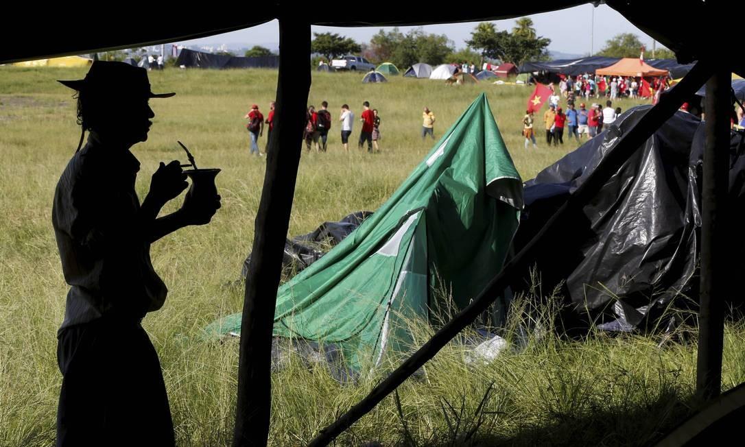 Desde segunda-feira, os movimentos preparam o acampamento na cidade Foto: Domingos Peixoto / Agência O Globo