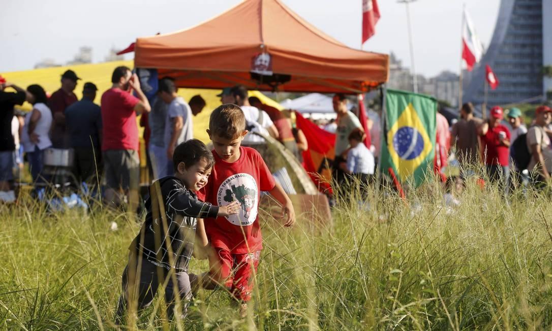 Entre eles, representantes do Movimento dos Trabalhadores Rurais Sem Terra (MST)... Foto: Domingos Peixoto / Agência O Globo