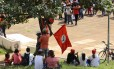Manifestantes do PT, reunidos no edifício Conic em Brasília, acompanham o julgamento
