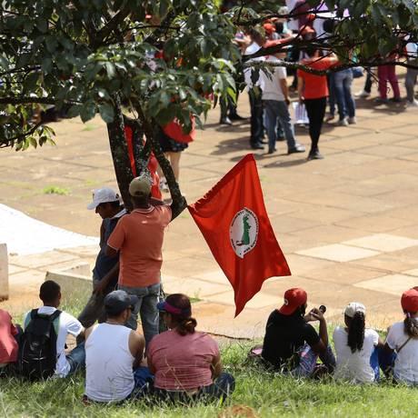 Manifestantes do PT, reunidos no edifício Conic em Brasília, acompanham o julgamento Foto: Jorge William / Agência O Globo