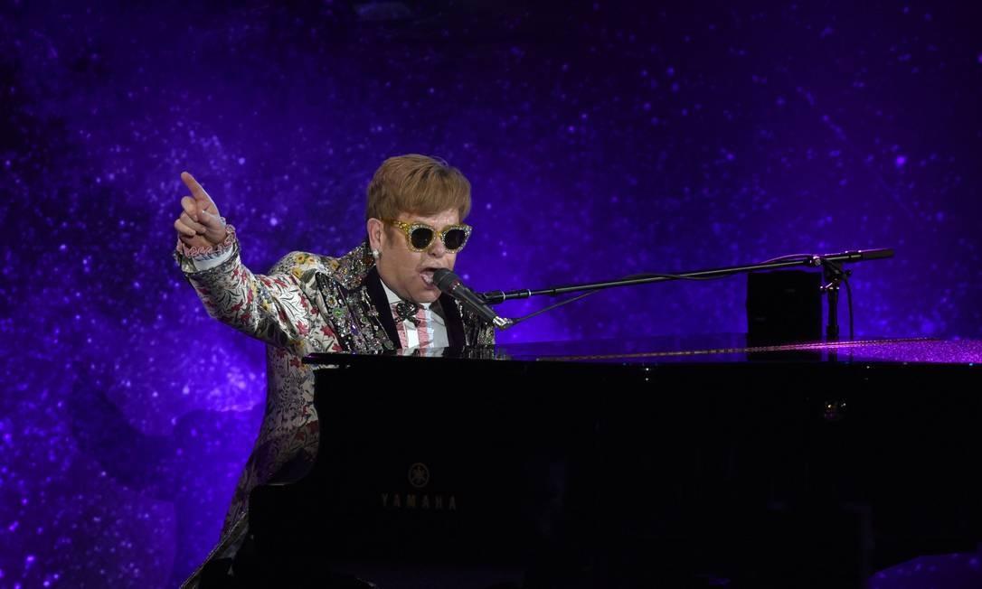 Elton John, apresentando-se em Nova York, poucos minutos antes da entrevista coletiva em que anunciou sua aposentadoria dos palcos Foto: TIMOTHY A. CLARY / AFP