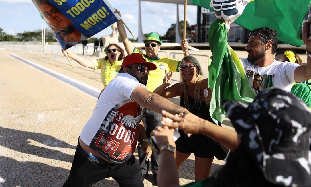 Confusão entre manifestantes favoráveis e contrários a Lula em Brasília Foto: Jorge William / Agência O Globo