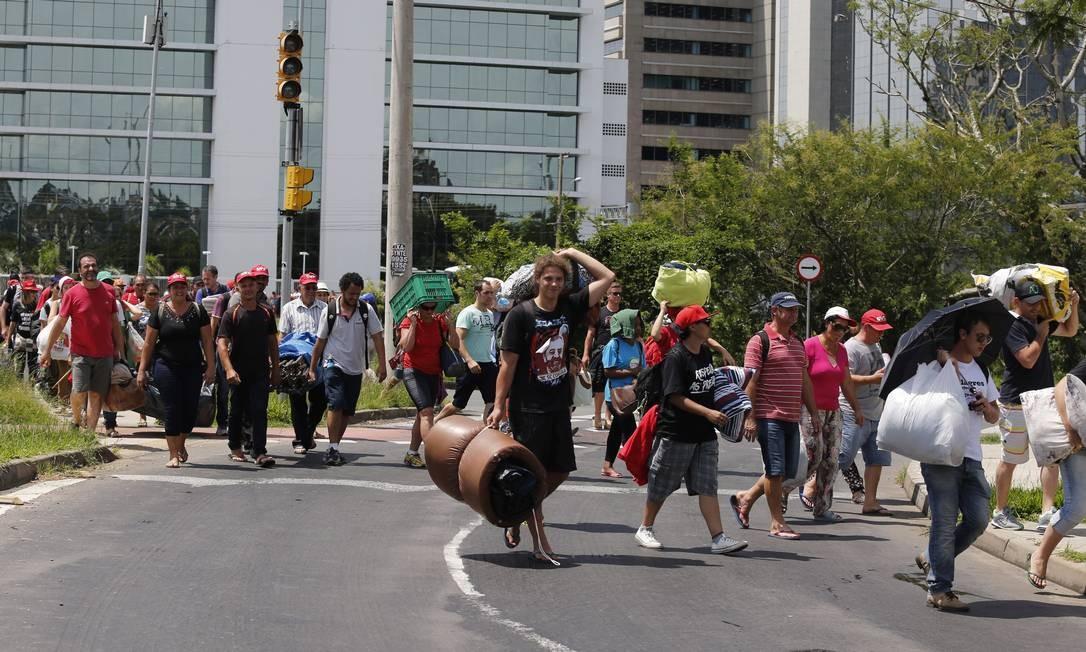 Em Porto Alegre, os manifestantes que acamparam para apoiar o ex-presidente começaram a ir embora Foto: Domingos Peixoto / Agência O Globo