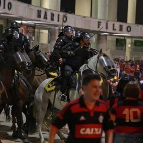 Polícia reprime torcedores do Flamengo na entrada do Maracanã antes da final da Sul-Americana Foto: Marcio Alves / Agência O Globo