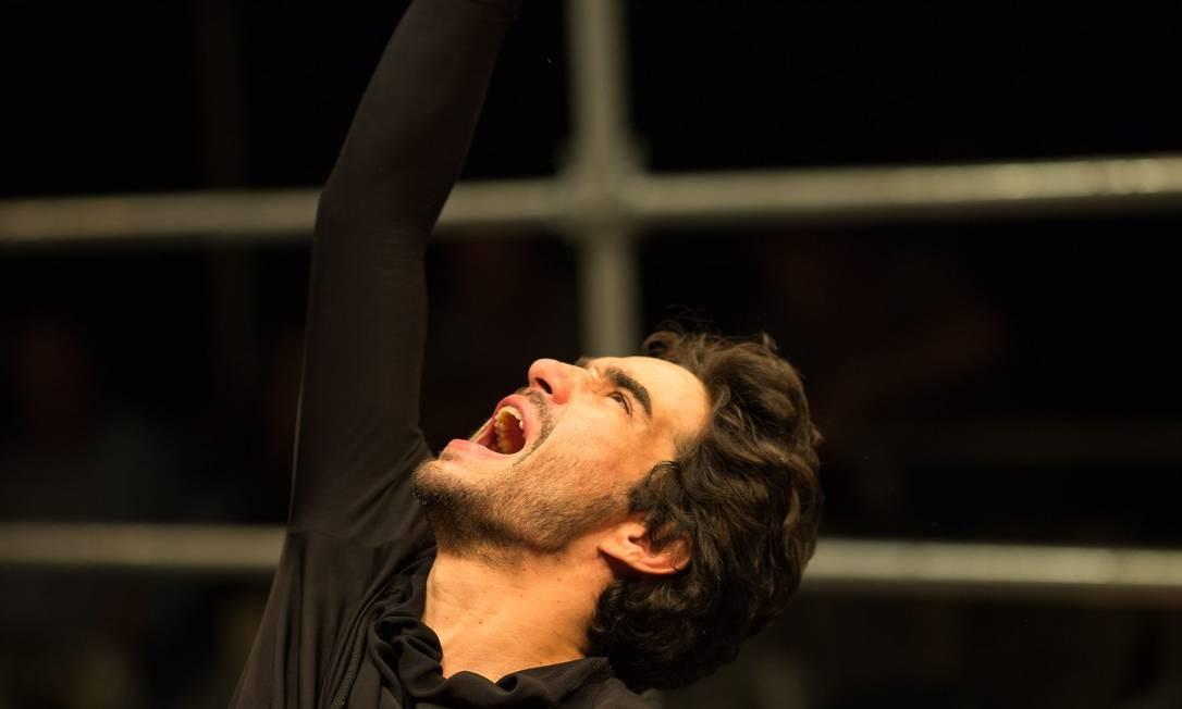 Caio Blat, narrador e protagonista, fica quase três horas no palco Foto: Divulgação / Roberto Pontes