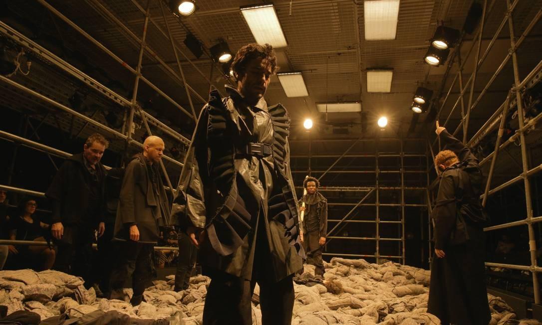 Numa grande 'gaiola', elenco fica o tempo todo em cena confinado numa estrutura tubular de metal Foto: Divulgação / Roberto Pontes
