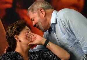 Lula e Dilma durante ato na sede da CUT, em São Paulo Foto: NELSON ALMEIDA / AFP