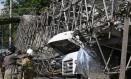 Passarela caiu sobre caminhão na Av. Brasil, altura da Cidade Alta Foto: Pedro Teixeira / Agência O Globo