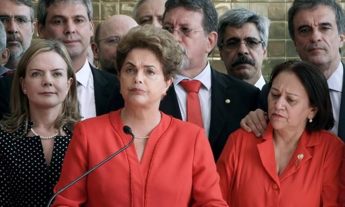 A ex-presidente Dilma Rousseff entre seus defensores no Congresso - Divulgação