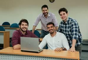 De olho no futuro. O professor Vitor Azevedo (de pé) e alunos do núcleo Foto: Brenno Carvalho / Agência O Globo