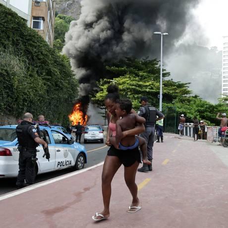 Ônibus incendiado na Avenida Niemeyer, nas proximidades do Sheraton: as chamas do veículo e de objetos usados como barricadas alcançaram as grades da Ciclovia Tim Maia, e a fumaça podia ser vista de Ipanema Foto: Pedro Teixeira / Pedro TeixeirA