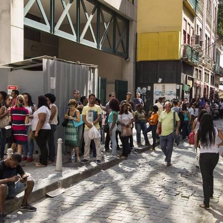 Fila de candidatos a vaga de emprego temporário nas Casas Pedro, em outubro de 2017. Foto Guito Moreto / Agência O Globo