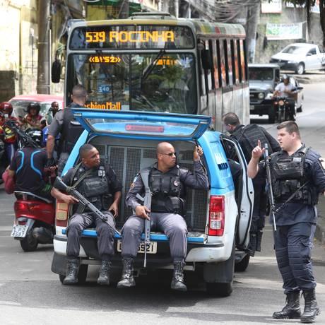 Policiais militares na Favela da Rocinha Foto: Fabiano Rocha / Agência O Globo