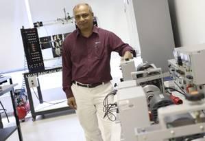 Ibmec. Ubiratan de Oliveira mostra laboratório de controle de automação Foto: Bárbara Lopes