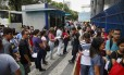 Abertura dos portões para realização do Enem em uma universidade no Centro do Rio Foto: Bárbara Lopes / Agência O Globo/5-11-2017