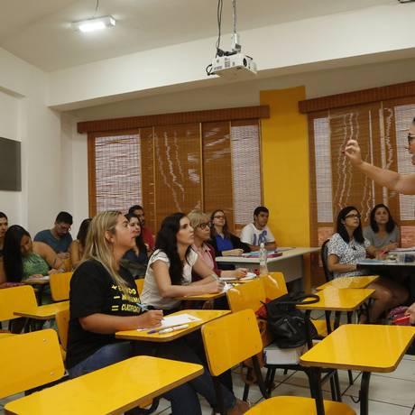 Prepara. Antes de começar a cantoria, a professora Renata Amaral repassa o conteúdo para os alunos Foto: Fábio Guimarães