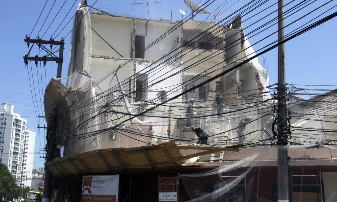 Operários trabalham na demolição do edifício na esquina da Marquês do Paraná com Doutor Celestino Foto: Agência O Globo / Luiz Ackermann